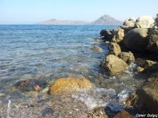 iskele kenarındaki kayalar, tertemiz deniz..